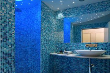Renkli aydınlatmaya sahip mavi banyolar