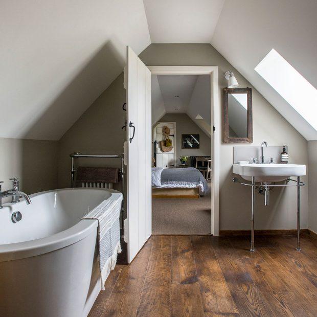 Velüx pencereli geniş çatı katı banyosu